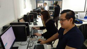 alumnos trabajando en el aula de informática